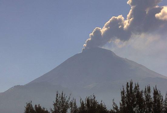 leve emosion de ceniza del volcán popocatépetl