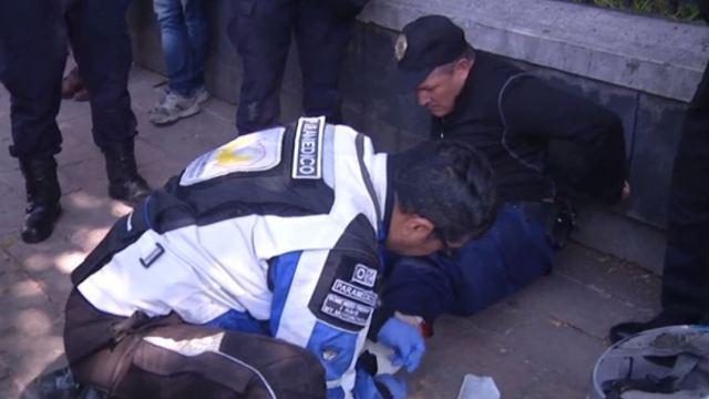 Manifestantes lanzan petardos a granaderos en calzada Chivatito