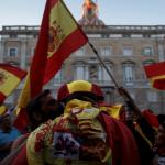 Manifestantes nacionalistas protestan contra la declaración de independencia de Cataluña