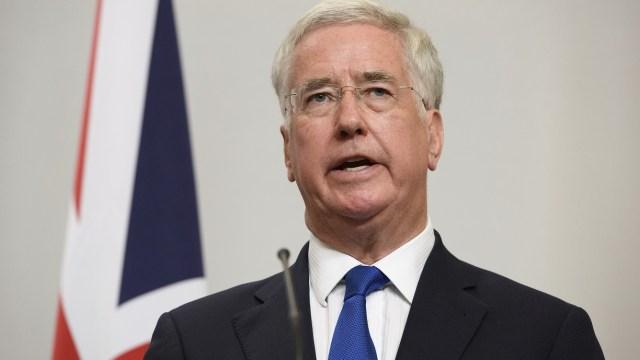 Ministro británico dimite por colocar una mano en rodilla de periodista