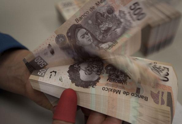 Peso mexicano se deprecia frente al dólar, en línea con monedas emergentes