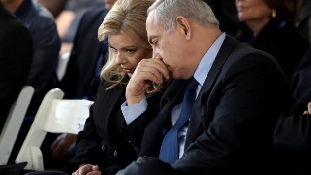 Millonario acusa a Netanyahu y su esposa de exigir puros y champaña