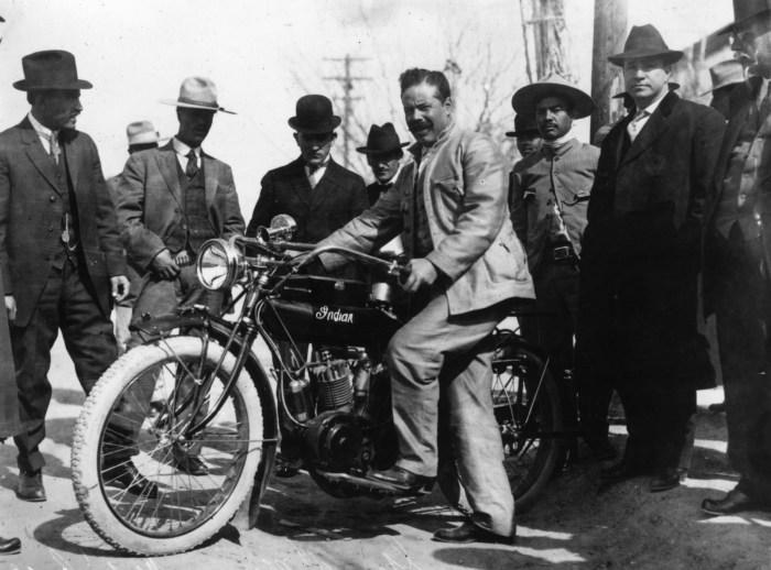 Pancho Villa en moto