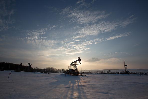 Los precios del petróleo caen; en suspenso, sobre recorte de producción