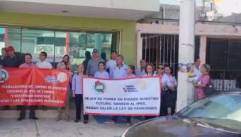 Protesta de burócratas que exigen resolver deuda con el Instituto de Pensiones
