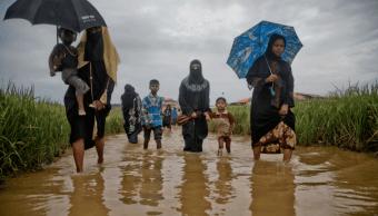 Refugiados rohinyas huyen de Myanmar hacia Bangladesh