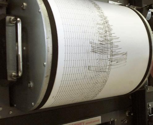 Registro de un sismógrafo en un rollo de papel