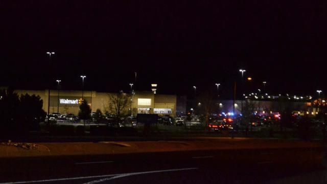 Un hombre perpetró un tiroteo en un centro comercial a las afueras de Denver