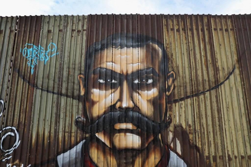 Rostro de Emiliano Zapata pintado en la frontera entre México y Estados Unidos, en Mexicali