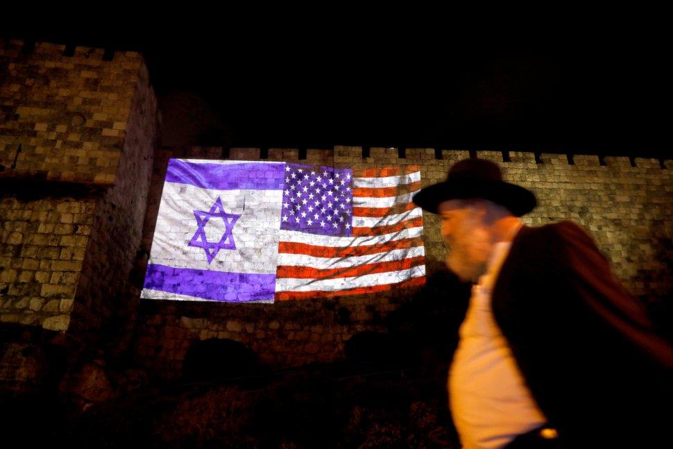 Banderas de Israel y EU aparecen en muralla de Ciudad Vieja de Jerusalén