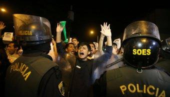 choque manifestantes policias deja camarografo herido peru