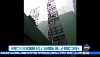 Policías y Bomberos de la CDMX evitan suicidio en la Doctores