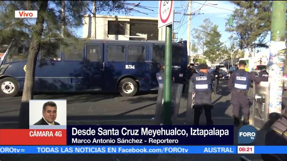 Policías cierran calles de Santa Cruz Meyehualco para impedir instalación de tianguis