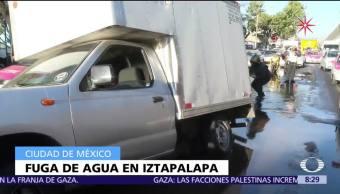 Fuga de agua potable afecta vialidad en Ermita Iztapalapa