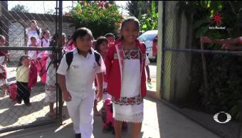 Cambian uniforme por trajes típicos en Yucatán