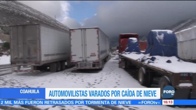 Automovilistas permanecen varados por caída de nieve en Coahuila