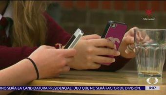Aumentan casos de malestar de cuello por revisar el teléfono celular