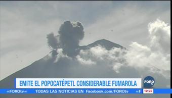 El volcán Popocatépetl emite gran fumarola con vapor de agua