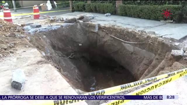 Aparece socavón en Lomas de Tecamachalco, Edomex