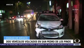 Dos vehículos vuelcan en San Pedro de Los Pinos, CDMX