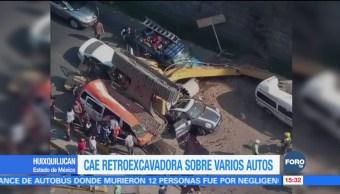 Cae retroexcavadora sobre varios autos en Huixquilucan, Edomex