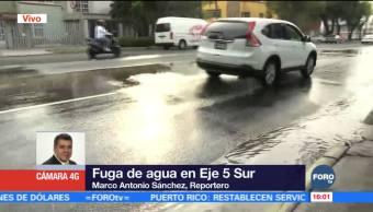 Se registra fuga de agua en Eje 5 Sur de CDMX