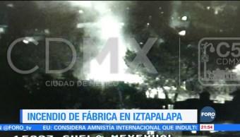 Incendio consume fabrica en Iztapalapa