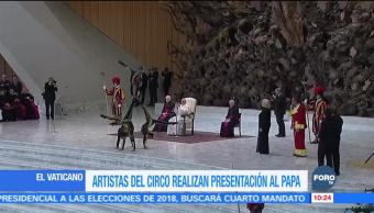 El papa Francisco se deleita con acróbatas en el Vaticano
