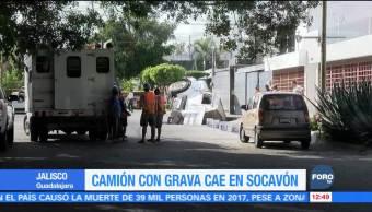Camión con grava cae en socavón en Guadalajara