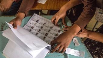 Funcionarios electorales verifican entidad de votantes en una mesa de votación en Honduras (Getty Images)