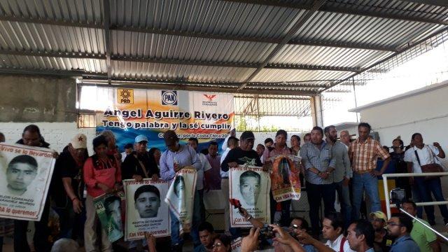 padres ayotzinapa irrumpen inicio precampana angel aguirre