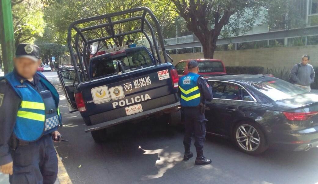 auto choca contra patrulla en polanco dos lesionados