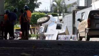 Camión de volteo se hunde en socavón de Guadalajara