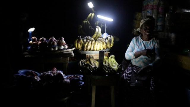 Casi mil millones de personas en el mundo viven sin electricidad