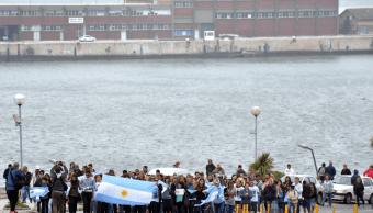 Decenas de personas esperan noticias del submarino desaparecido y de sus ocupantes