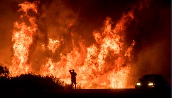 Vientos e incendios en California alcanzan niveles inéditos