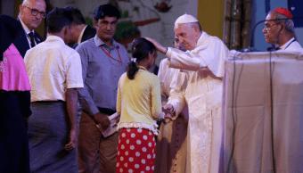 El papa Francisco con refugiados rohinyás en Bangladesh