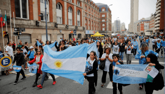 Familiares de marinos desaparecidos protestan en Mar de Plata, Argentina