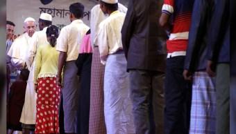El papa Francisco saludó a refugiados rohinyás en Bangladesh