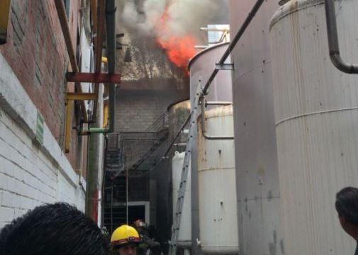 Bomberos sofocan incendio en fábrica de textiles en Lomas Verdes