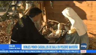 Monjes Franciscanos Colocan Casquillos Balas Pesebre