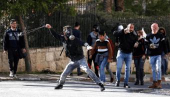 Palestinos lanzan piedras a soldados israelíes en Cisjordania