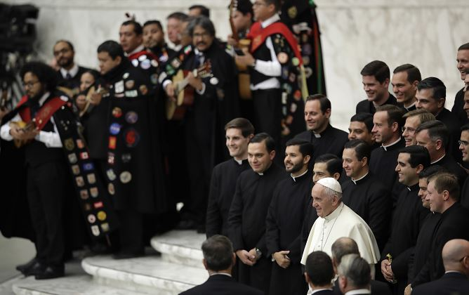 El papa escucha a estudiantina mexicana en el Vaticano