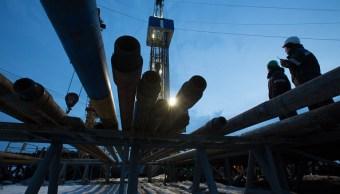 Petróleo reacciona estable ante caída de inventarios en Estados Unidos