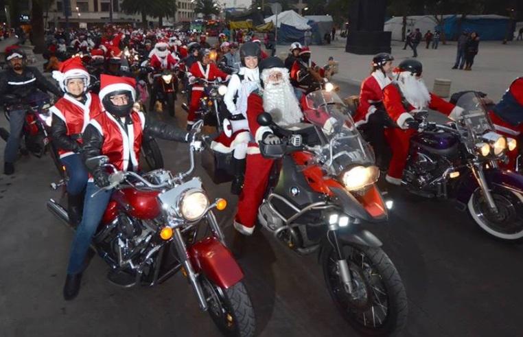 Motociclistas participan en rodada navideña vestidos de Santa Claus