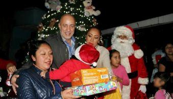Deja Santa Claus regalos a hijos de reclusas en Santa Martha