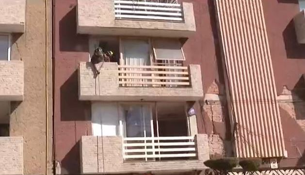 Bomberos ayudan a sacar pertenencias de edificio dañado tras sismo del 19S