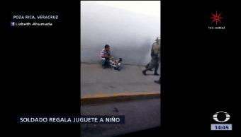Soldado Compra Juguete Niño Vendía Chicles
