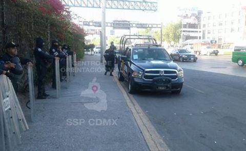 Marchan rumbo al AICM, los paran policías y regresan a Segob