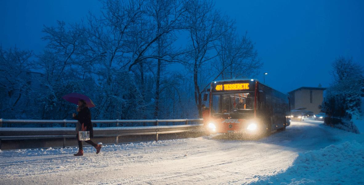 Un autobús circula por una carretera nevada en Suiza